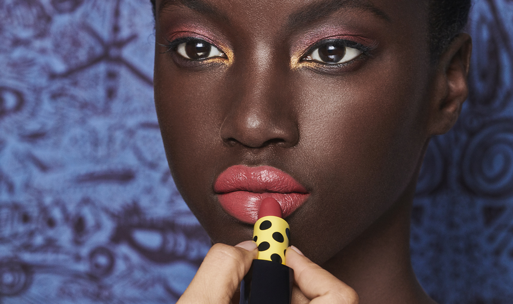 Duro Olowu signe une collection de maquillage avec Estée Lauder